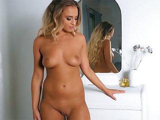 Dark Hair small tits mature toute seule dancing and striptease