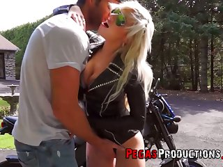 Canadian juggy biker bitch Vyxen Steel gives outdoor blowjob and gets laid in broad daytime