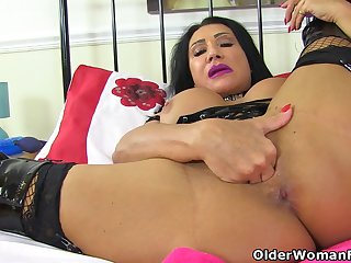 British milf Nicole DuPapillon wants prevalent fist her cunny