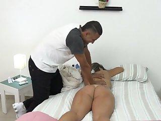 loirinha peituda gostosa sendo massageada e fudida