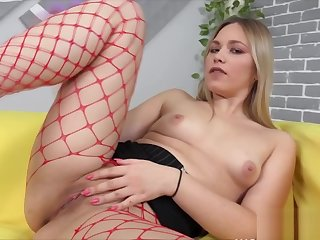 Sexy Big Booty Babe Masturbating Cunt With Fat Dildo