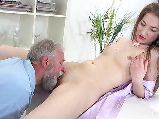 Sweet crude leaves grandpa to fuck her pussy like a bull