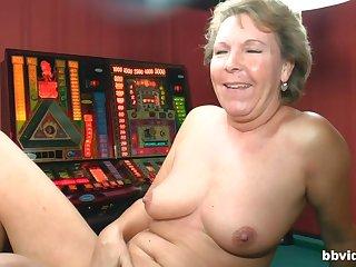 Amateur matured drops her pantihose to pleasure her wet clitoris